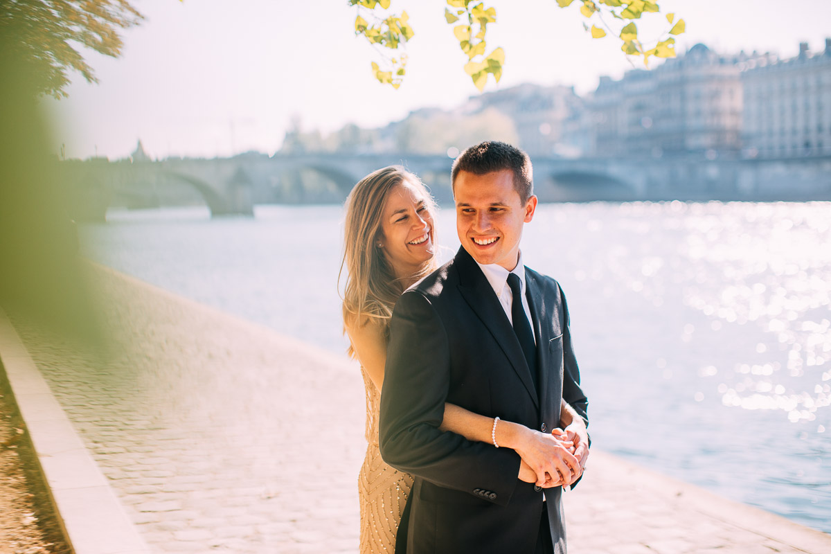 couple shoot on the river seine