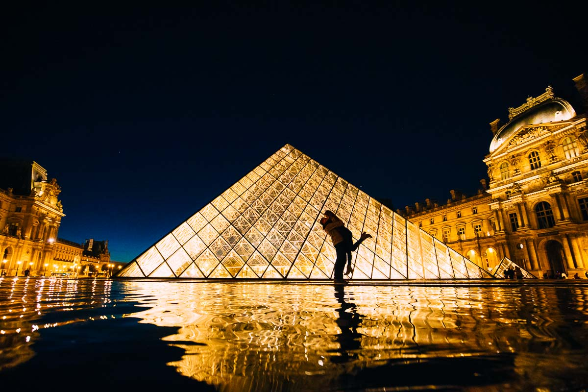 pre wedding shoot in Paris at the louvre