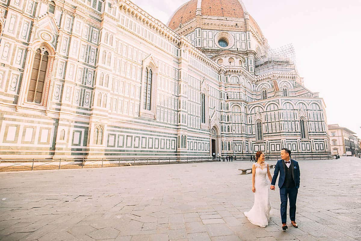 couple walking past the duomo in Florence